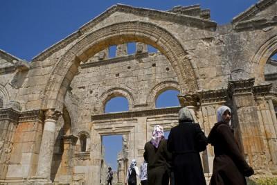 Jeunes filles voilées dans les ruines de l'église byzantine Saint-Siméon en Syrie